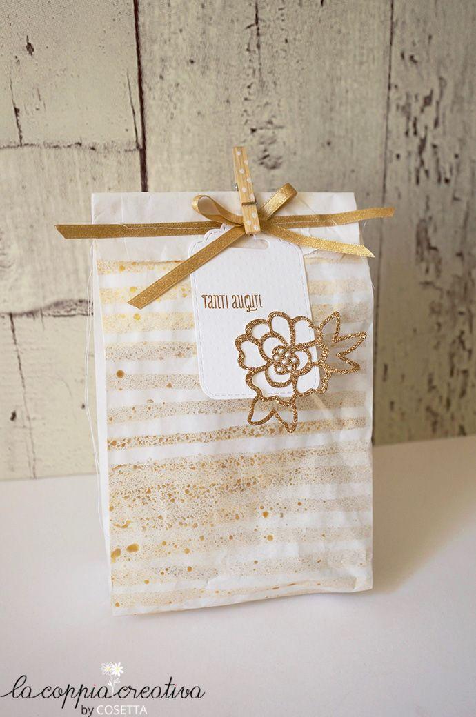 Un pacchetto regalo tutto d'oro,per la festa della mamma o per mille altre occasioni… Questa volta mi sono divertita a decorare anche il sacchetto di carta,un banalissimo sacchetto bianco, tipo quelli del pane, spruzzato d'oro con l'aiuto di uno stencil…Una bella metamorfosi vero? come chiudi pacco ho cucito a macchina un semplice nastro d'oro e, …