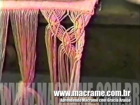 Aprenda a fazer uma borda para toalha de lavabo usando macramê, uma técnica fácil e graciosa. O efeito fica maravilhoso e você pode usar em várias outras apl...