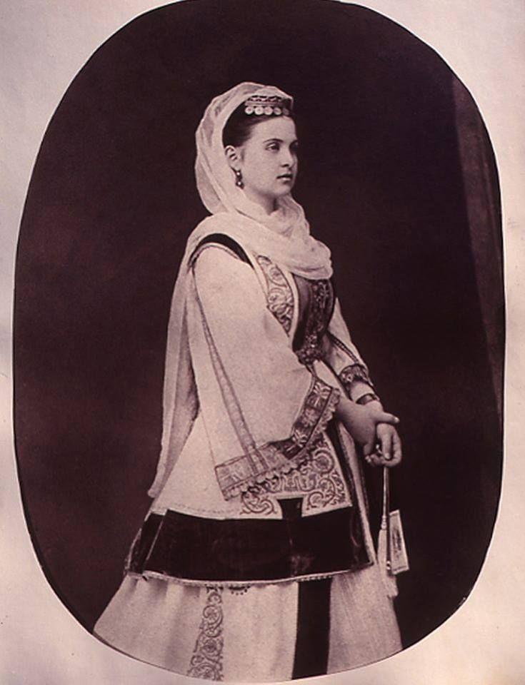 Φωτογραφία της βασίλισσας Όλγας με την ενδυμασία που καθιέρωσε για την Αυλή της, το 1868. Συλλογή Πελοποννησιακού Λαογραφικού Ιδρύματος, Ναύπλιο. Photo of Queen Olga wearing the costume she established for her court, taken in 1868. Peloponnesian Folklore Foundation Photographic Archive, Nafplion