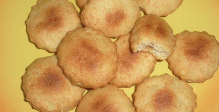 Dei biscotti secchi e leggeri, adatti per la prima colazione, accompagnati da una bella tazza di latte. Procedimento: 1) In una terrina unite farina, zucchero, lievito, vanillina e mescolate bene. 2) Aggiungete anche olio e latte e impastate il tutto. 3) Stendete la pasta e ricavate i biscotti: Non fateli altissimi, perchè poi si gonfieranno,…