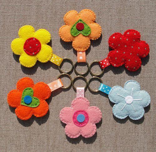 * Felt flower keychains or bag charms. * Bloemen sleutelhangers of tashangers van vilt.