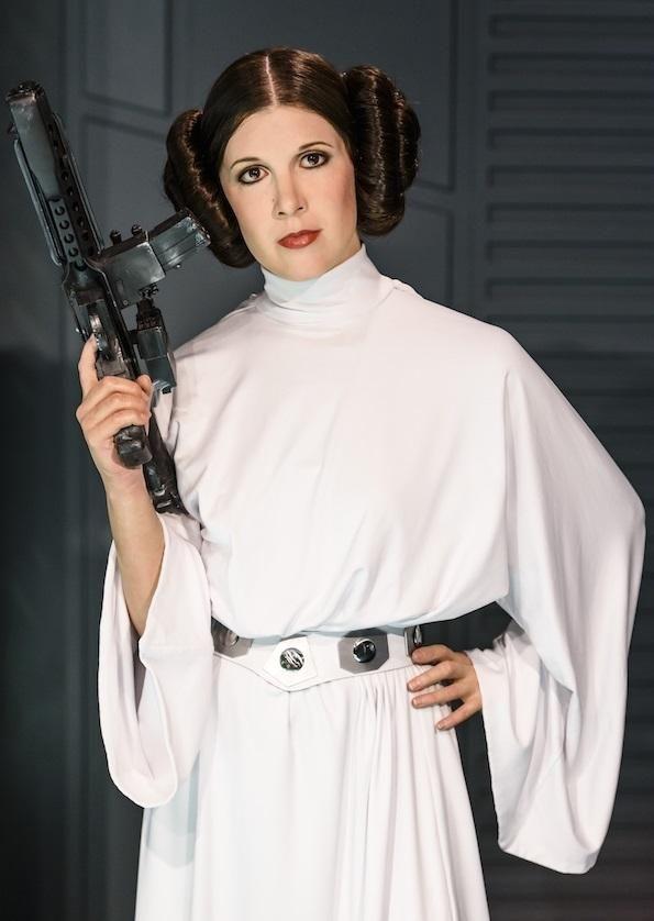 Cómo hacer un disfraz de la princesa Leia. Para todos los que somos seguidores de Star Wars ella no es solo una princesa, es mucho más que eso. Una guerrera, una heroína y el personaje que muchas de nosotras hemos querido ser en la infancia. P...