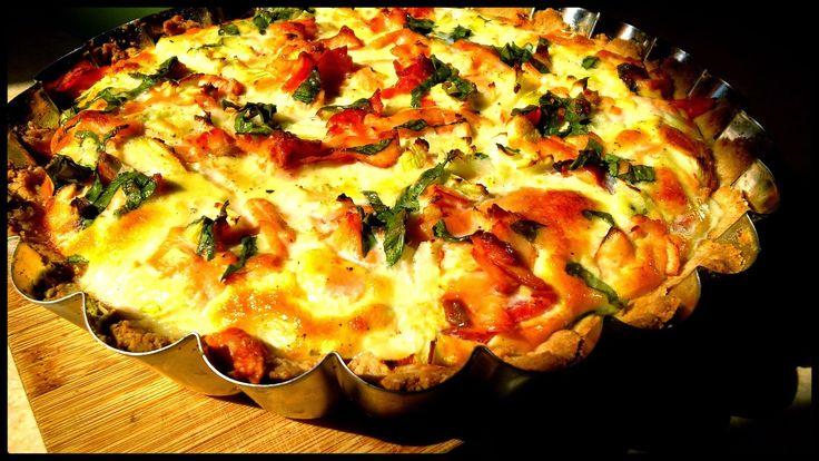 Tarta bezglutenowa z łososiem, mozzarellą i pomidorami - http://www.mytaste.pl/r/tarta-bezglutenowa-z-%C5%82ososiem--mozzarell%C4%85-i-pomidorami-54416443.html
