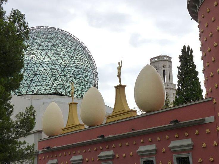 Trójkąt Dalego to trzy miejsca ściśle związane z życiem i pracą ekscentrycznego Salvadora Dali. Zobacz gdzie warto się udać, podążając tropem tego artysty