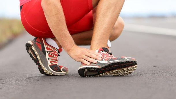 Wenn der Schuh drückt, ist das Nagelpilzrisiko erhöht. (Quelle: Thinkstock by Getty-Images)
