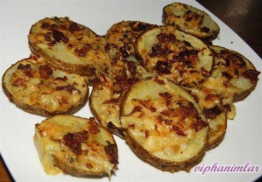 #patates #fırındapatates Fırında dilimlenmiş patates. Sucuk ve pastırma olmadan sadece peynirli yada aslında mantar da ilave edebilirsiniz. Baharat ve ek malzemeler damak lezzetinize göre farklılık gösterebilir.