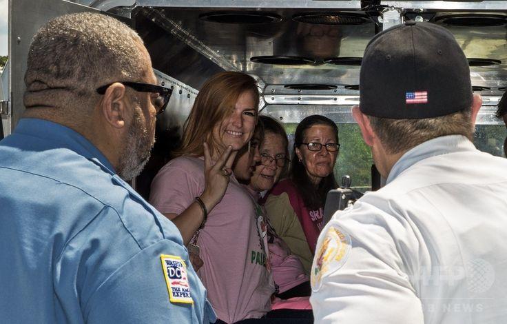 米ワシントンD.C.(Washington D.C.)のイスラエル大使館前で、イスラエルの攻撃によるパレスチナ自治区ガザ地区(Gaza Strip)のパレスチナ人死者を追悼し、イスラエル軍に攻撃中止を求める集会中に逮捕された反戦団体「コード・ピンク(Code Pink)」のメンバー。イスラエル軍が国連(UN)が運営する学校を爆撃したことを非難するデモで、数人の参加者が逮捕された(2014年7月30日撮影)。(c)AFP/Paul J. Richards ▼2Aug2014AFP|「イスラエル軍は攻撃を中止せよ」、世界各地で反戦デモ http://www.afpbb.com/articles/-/3022045 #Washington_DC #against_Israel