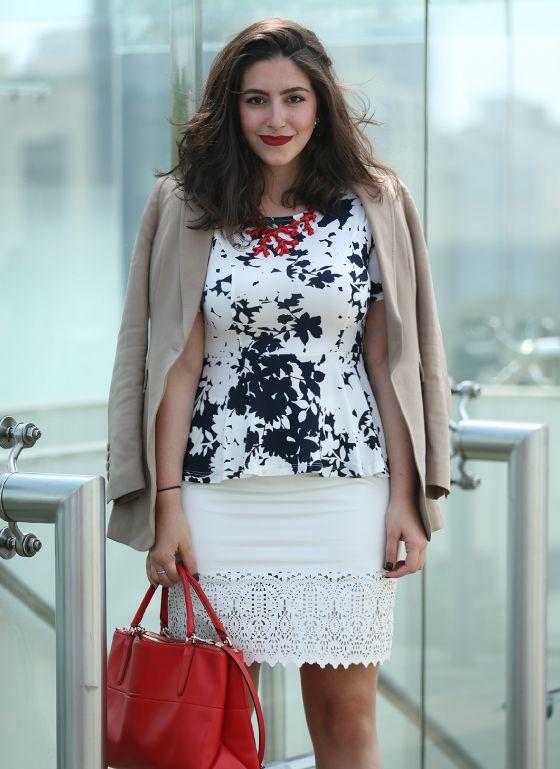 Look da Gabi: saia renda branca, blusa peplum p/b floral, blazer nude e bolsa vermelha da Coach.