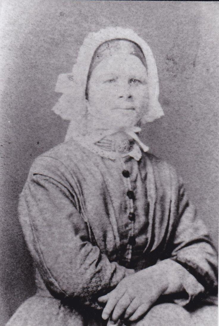 Staartmuts laatste kwart 19e eeuw. Deze vrouw draagt een gouden halsslot met zo te zien bloedkoralen, wat een zeldzaamheid is. Kinstrik is nog klein.