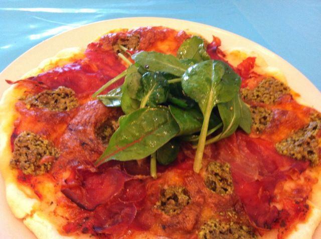 Siciliansk pizza med spekeskinke og pistasjnøtter
