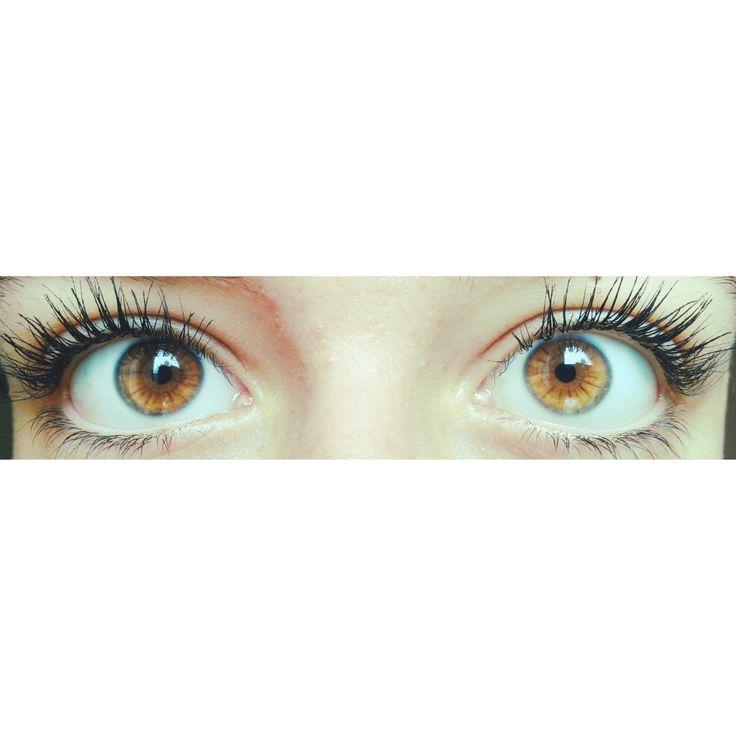 Beaucoup rêvent d'avoir de yeux clairs. Même s'il parait difficile de passer d'un iris noir à bleu, il semble tout de même possible d'éclaircir ses yeux.