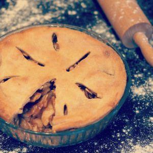 Karamellás almás pite Hozzávalók 26 cm átmérőjű 5 cm magas üveg piteformához Pitetésztához: 450 g búzafinomliszt 1 kávéskanál sütőpor 1 fél kávéskanál szódabikarbóna 1 csipet só 255 g vaj 1 egész t…