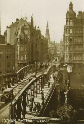 (1919-1939) Most Chwaliszewski i ul. Wielka, w głębi wieża Ratusza.