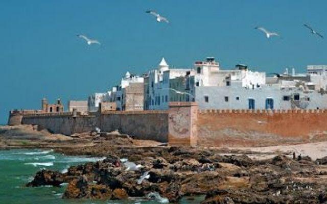 Essaouira: viaggio per scoprire nuovi posti Sulle spiagge completamente prive di edifici di Essaouira si vedono tante coppie e famiglie passeggiare facendo lo slalom tra i ragazzi che giocano a calcio e gli appassionati di kite-surf. I forti v #viaggi #relax #estate