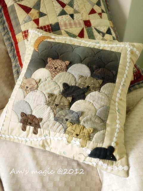 Kitty Cats pillow, clamshell quilt pattern