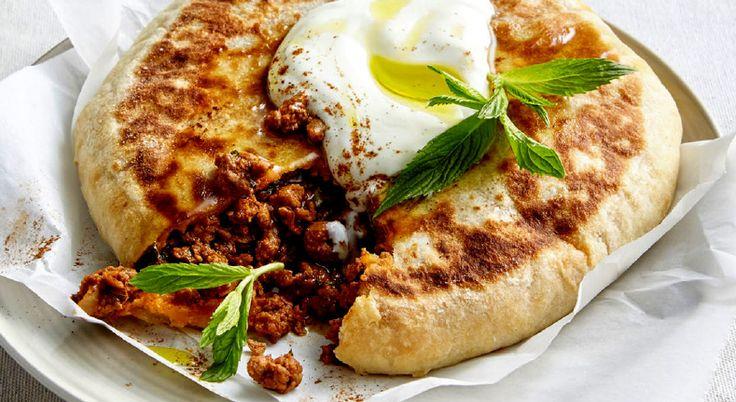 Geniet van lamsvlees in deze Turkse lamspastei met yoghurtdeeg. Serveer met Turkse of Griekse yoghurt met munt en een scheutje olijfolie.