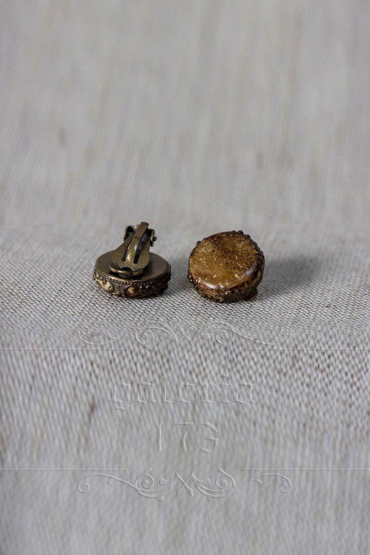 Cercei   cu clips, baza metalica, realizati din pasta fimo, antichizati pentru un aspect   vintage.