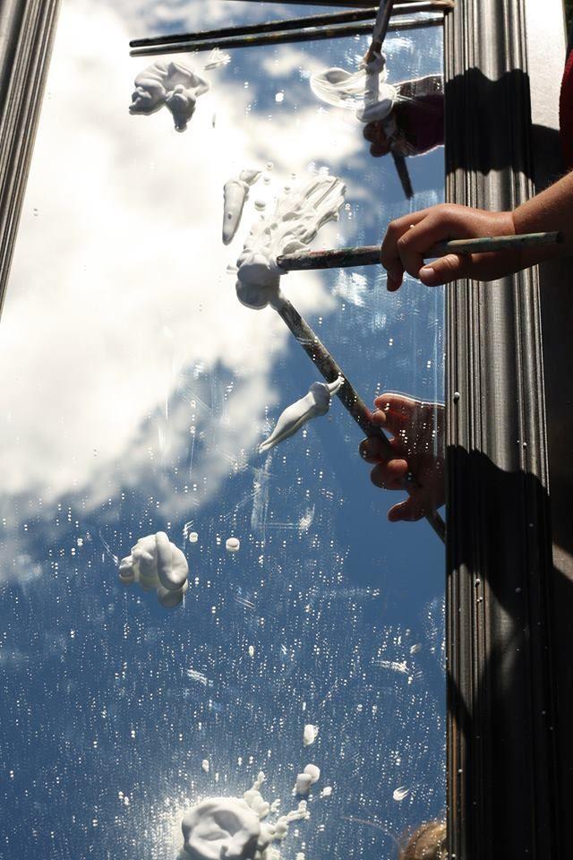 peindre des nuages sur un miroir avec de la mousse à raser.