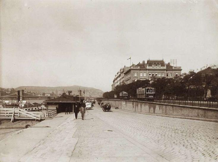 pesti alsó rakpart a Petőfi térnél a Lánchíd és a Dunakorzó felé nézve