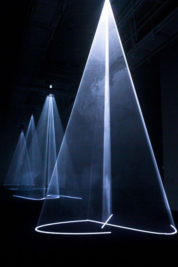 Mudam exhibition : Between You & I, instalação no Faena Arts Center, 2013, de Anthony McCall