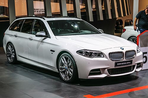 Обзор топового седана 5-серии автомобилей БМВ - BMW M550i xDrive 2017. Из статьи читатель узнает об особенностях данной модели в части внешнего вида, габаритов кузова. Цена, срок выхода на рынок, технические характеристики.