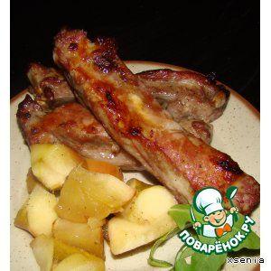 Свиные ребрышки, запеченные в яблоках Масло растительное— 50 мл Мед— 50 мл Яблоко— 4 шт Ребра свиные— 1.5 кг Лимон— 1 шт Специи