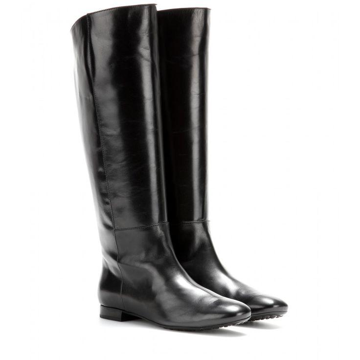 Tod's - Bottes en cuir - Inspirées des bottes d'équitation, ces bottes signées Tod's vous confèrent une démarche discrète et élégante. En cuir noir, elles se porteront volontiers avec vos robes et jupes pour une silhouette féminine et élancée. seen @ www.mytheresa.com