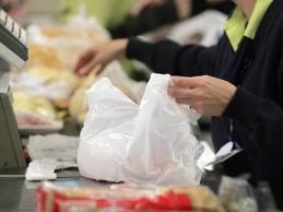 Comércio em Belo Horizonte vende sacolinhas a R$ 0,19...  ... e deixa claro que o negócio é o negócio, não o meio ambiente