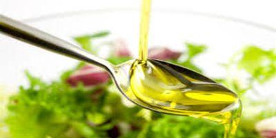 """Olej lniany obecnie przeżywa swój """"renesans"""". Jest obiektem intensywnych badań naukowych. Olej lniany i siemię lniane mają większą zawartość kwasów omega-3 niż ryby i zawierają wiele innych dobroczynnych składników. Len zawiera całą paletę substancji czynnych. Są w nim np. fenole (antyoksydanty) Olej lniany obniża cholesterol, wzmacnia system immunologiczny, a nawet może pomagać w przeciwdziałaniu cukrzycy. http://zdrowiemojapasja.pl/pl/p/Cud-oleju-lnianego.-Hans-Ulrich-Grimm/203"""