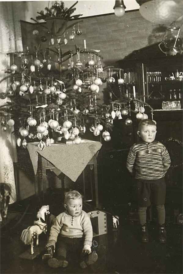 merry-christmas-unhappy-children-circa-1910