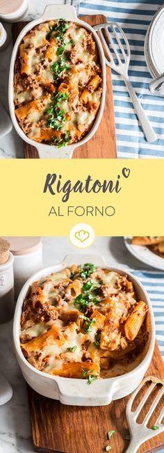 Großes Loch in der Mitte und tiefe Rillen: Rigatoni nehmen besonders gut die Hackfleisch-Sauce auf, die noch von Mozzarella und Parmesan bedeckt wird.