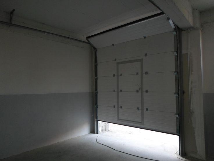 Usi industriale cu panouri sectionale, actionare cu reductor si lant si usa pietonala incorporata. Important de stiut faptul ca indiferent de culoarea exterioara a panourilor, toate, fara exceptie, sunt vopsite alb la interior.