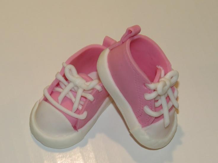 Sjov og ballade med kager: How to do fondant baby converse sko