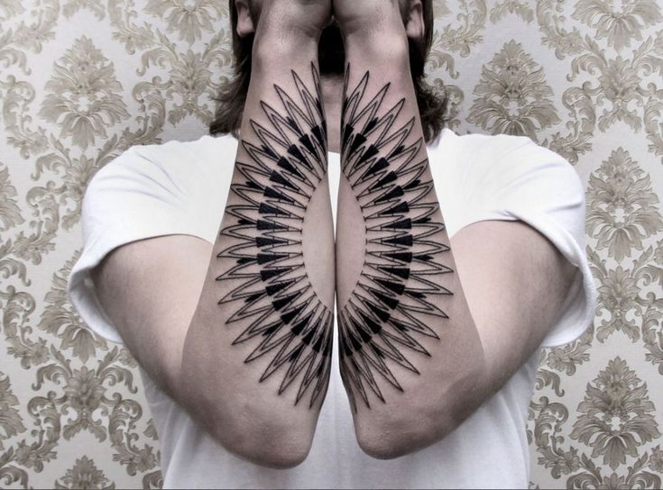 Tatuaggi dalle linee geometriche, in grado di creare un'illusione ottica a tre dimensioni: sono queste le creazioni di Chaim Machlev, che lavora nello studio di Berlino  DotsToLines . Si tratta di vere e proprie opere d'arte disegnate sul petto, sulla schiena, sulle braccia e sulle gambe delle perso