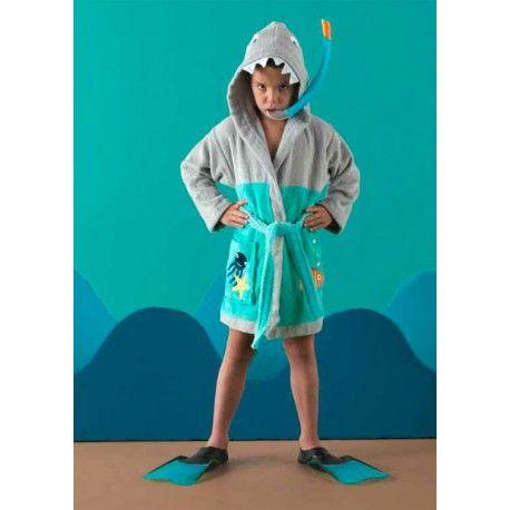 Albornoz Sharky. Diviértete con tu hijo en la ducha con el albornoz sharky de la firma Rizo Basic con capucha bordada con la cara de un tiburón muy gracioso en color gris. Máxima absorción y protección gracias a su rizo algodón 100%. Lavar por separado colores intensivos. Medida:  Capucha talla 2 Capucha talla 4 Capucha talla 6