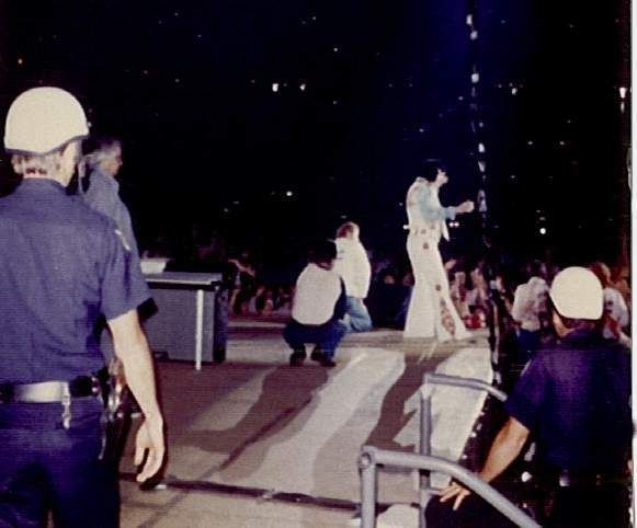 Elvis ending his concert in Atlanta in june 6 1976.