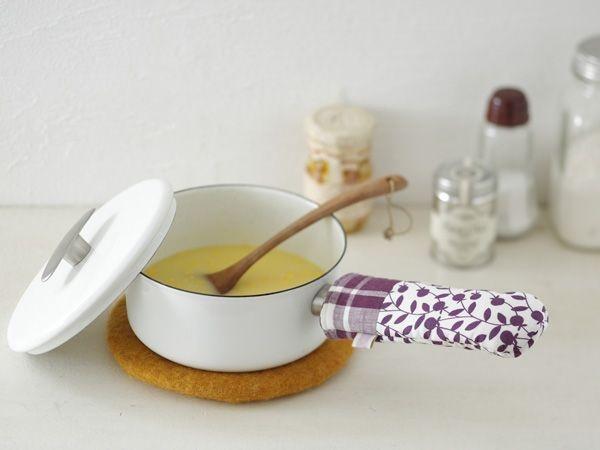 片手鍋やフライパンの柄にすっぽりかぶせて使うワンハンド鍋つかみは、ちょっとの布でできるのもうれしい。/プレゼントにもおすすめのかわいさ 鍋敷きと鍋つかみ(「はんど&はあと」2011年11月号)