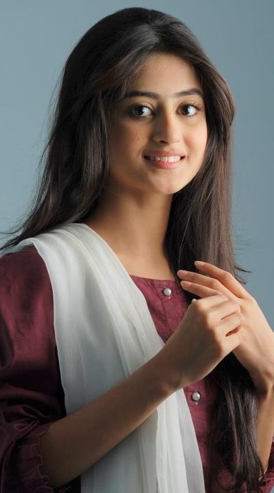 Love her is soo beautiful and amazing she is my favourite actress love her hair and makeup looks soo amazing on her.