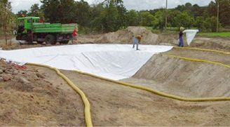 2nd step – Placement of protective geo-textile material Once the necessary hydraulic components for the correct operation of the filtration system have been positioned, a protective sheet of geo-textile material is spread in order to protect the EPDM waterproofing layer from possible damage caused by sharp stones or roots within the excavation.