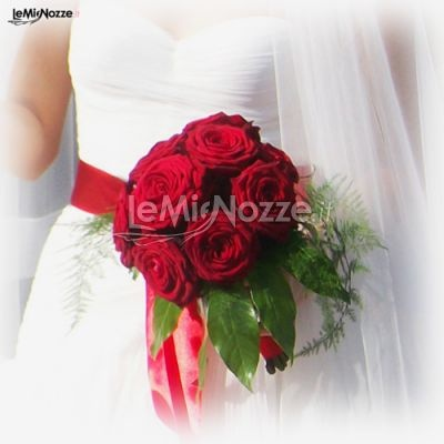 http://www.lemienozze.it/gallerie/foto-bouquet-sposa/img31711.html  Piccolo bouquet di rose rosse