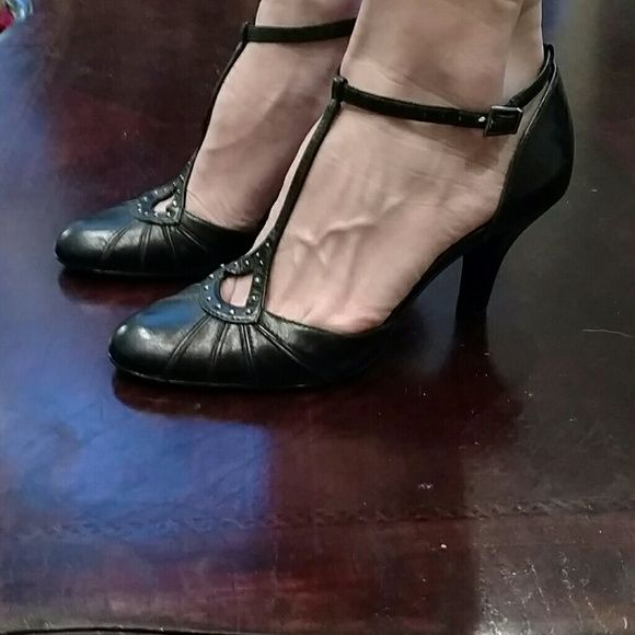 Black closed toe shoes Black closed toed shoe with small silver accent. Worn once. In great shape. ANTONIO MELANI Shoes Heels