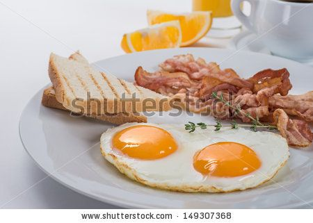 Fried eggs, bacon and toasts