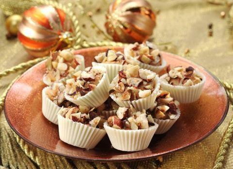 Ingredience: cukr krupice 100 gramů, čokoláda bílá 100 gramů, smetana na šlehání 100 gramů, ořechy lískové 100 gramů (nasekané a opražené).
