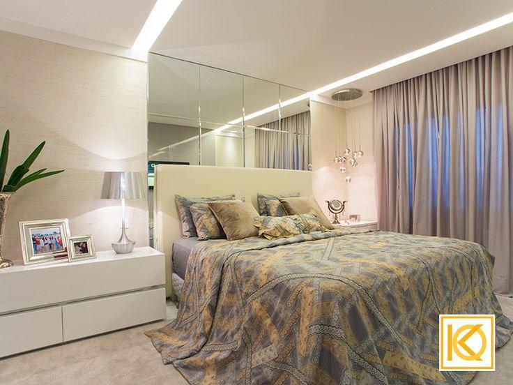 Na ampla suíte máster com cores leves e neutras, um painel de espelhos marca a cabeceira e o projeto de gesso e luminotécnico faz a marcação do espaço da cama com muito charme. Luminárias decorativas criam o detalhe especial onde tons de prata em tecidos objetos e abajur, completam a sofisticação do quarto. #ProjetodeArquitetura #Arquitetura #Decor #Residencial #Quarto #SuiteMaster #KarlaOliveira #StudioKarlaOliveira