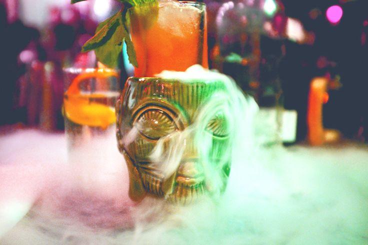 Cocktails mit Trockeneis. #Cocktails #Cocktail #Rezept #Trockeneis #dryice #Halloween #Halloweecocktails #drinks #halloweendrinks #bartrends  http://bar-trends.de/cocktails-mit-trockeneis/