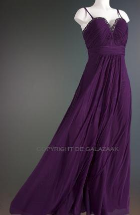 Deze paarse jurk heeft een hals die een kruising is tussen een sweetheart en een V-neckline. Met paarse, antraciet en zilveren strass steentjes rondom de gehele bovenkant. Een feestelijk exemplaar, met optionele schouderbandjes. Dus zowel strapless als met bandjes te dragen! €210