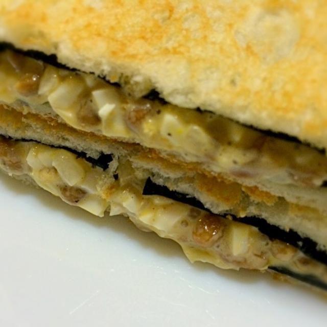 """今朝のおはようサンドは mottoのコンセプト""""何でも挟む""""で、納豆にタルタルを入れネバネバに、焼き海苔を両サイドに挟み出来上がり。 ゆみさんの 玉ねぎ甘酢漬け→タルタルソース→納豆→おはようサンド まで走りました。 まだまだ、続くかな? - 115件のもぐもぐ - おはようサンド タルタル入り納豆、焼き海苔 by mottomotto"""