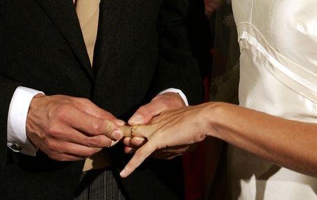"""Tre uomini e due donne si sono sposati nella regione di Santa Catarina. Stessi diritti per il """"quintetto"""" che vive sotto lo stesso tetto. In Brasile li chiamano unioni poliaffettive stabili ma gli effetti sono simili a quelli del nostro matrimonio"""