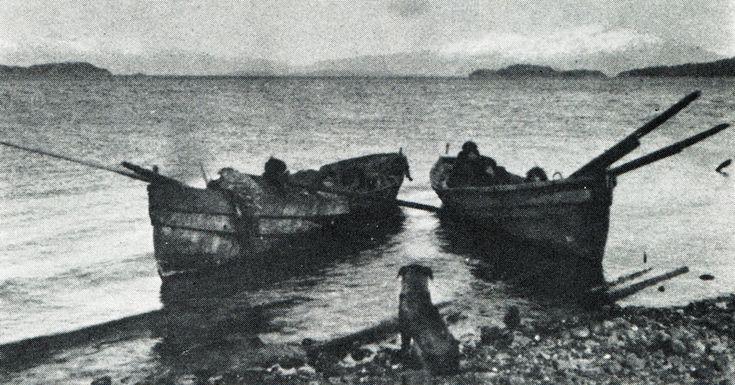 """Canoas alacalufes modernas. Fotografía de Martín Gusinde. 1920 aprox. En: """"Los indios de Tierra del Fuego: los Halakwulup"""""""". Martín Gusinde. Editorial C.A.E.A .1986."""
