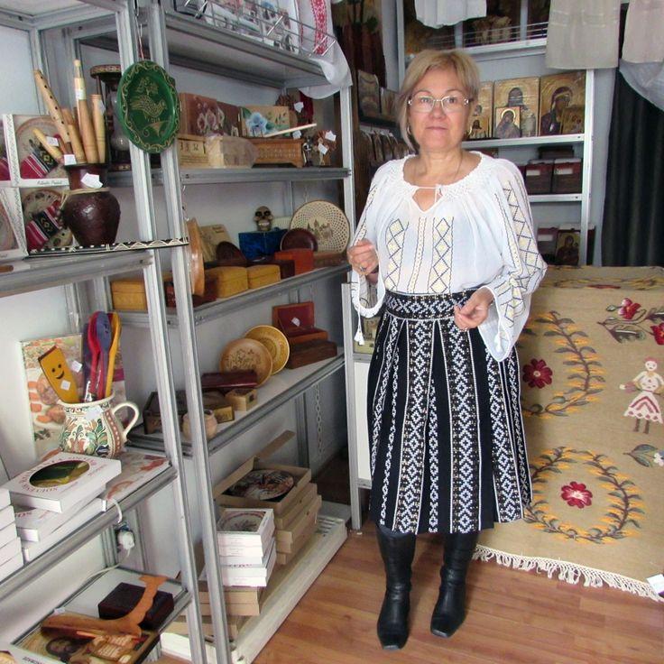 Costume populare romanesti formate din valnic si ie romaneasca lucrata manual.